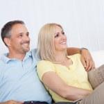 amar par relajante en un sofá — Foto de Stock