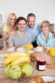 Szczęśliwa rodzina śniadaniu — Zdjęcie stockowe