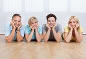 Famiglia gioiosa con teste insieme — Foto Stock