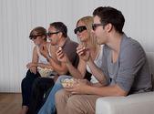 Famiglia guardando la televisione 3d — Foto Stock