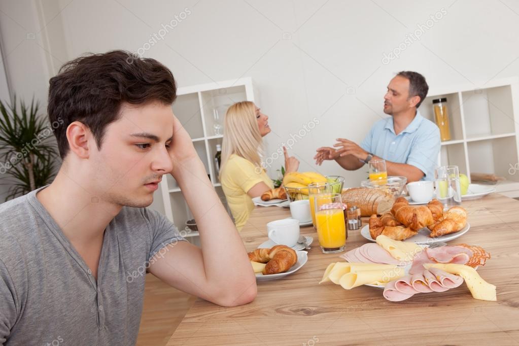 padres discutiendo en la cocina foto de stock