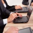 empresários usando laptop — Foto Stock