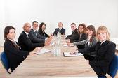 Portrait d'une entreprise sérieuse hommes et femmes — Photo