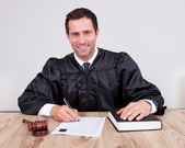 Giudice maschio in aula — Foto Stock