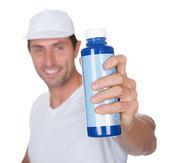 Malarz trzyma butelkę farby — Zdjęcie stockowe