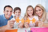 Kağıt elinde tutan aile — Stok fotoğraf