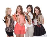 Vier modieuze meisjes met hun schoenen — Stockfoto