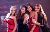 şampanya ile toasting şık kadınlar — Stok fotoğraf