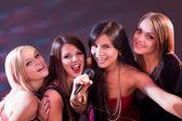 Quattro belle ragazze che cantano karaoke — Foto Stock