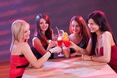 Freundinnen genießen einen cocktail — Stockfoto