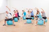 Pilates-klasse in einem fitnessstudio trainieren — Stockfoto