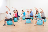 Třída pilates cvičení v tělocvičně — Stock fotografie