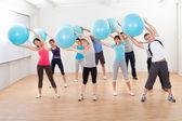 Clases de pilates ejercicio en un gimnasio — Foto de Stock