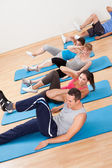 Grupp utövar i en gym-klass — Stockfoto