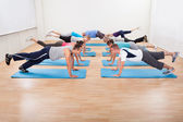Large class of working out in a gym — Stock Photo