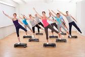 Klass gör aerobics balansera på styrelser — Stockfoto