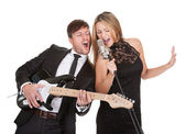 Couple performs duet to everybody — Stock Photo