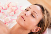 Woman undergoing acupuncture treatment — Stock Photo