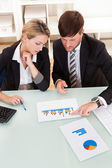 Business colleagues discussing a bar graph — Stock Photo