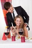 Homem surpreende a sua esposa com um presente — Foto Stock