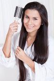 Mulher bonita, escovar os cabelos longos — Fotografia Stock