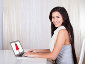 Donna felice lo shopping online — Foto Stock