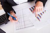 Kvinna som arbetar med stapeldiagram — Stockfoto
