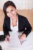 Mujer que trabaja con gráficos de barra — Foto de Stock