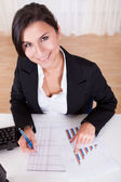 Woman working with bar graphs — Stockfoto