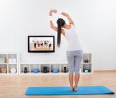 Vrouw praktizerende yoga thuis — Stockfoto