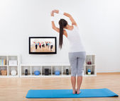 žena cvičí jógu doma — Stock fotografie