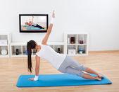 Praticando ioga de mulher em casa — Foto Stock