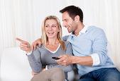 Casal alegre, assistindo tv — Fotografia Stock