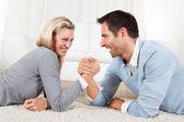 Uomo e donna di braccio di ferro — Foto Stock