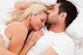 Pareja amorosa tumbado en la cama — Foto de Stock