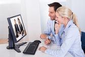 Couple regarder une présentation en ligne — Photo