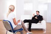Mann zu seinem psychiater sprechen — Stockfoto