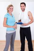 Instructeur de conditionnement physique, prendre des notes après une séance — Photo