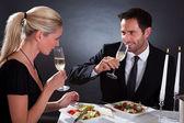 Pareja romántica tostado mutuamente — Foto de Stock