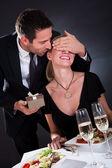 Romantisch zu zweit im restaurant — Stockfoto
