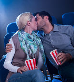 ロマンチックな瞬間を持っているスタイリッシュなカップル — ストック写真
