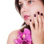 femme avec beaux ongles tenant des orchidées — Photo