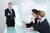 Gestione dando una presentazione al personale — Foto Stock