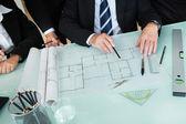 Arquitetos discutindo um blueprint — Foto Stock