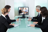 ビジネスマン、オンライン プレゼンテーションを見て — ストック写真