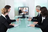 Företagare titta på en online-presentation — Stockfoto