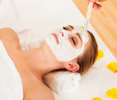 Therapist applying a face mask — Stock Photo
