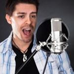 junger Sänger mit Mikrofon — Stockfoto
