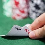 jogador de poker, verificando um par de ases — Foto Stock