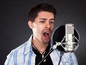 Jovem cantora com microfone — Fotografia Stock